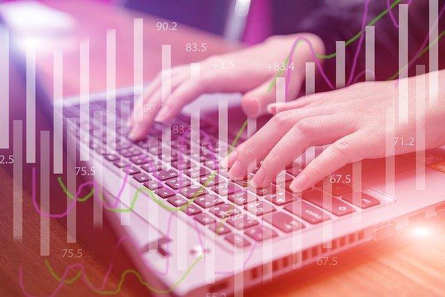finanzas ordenador manos