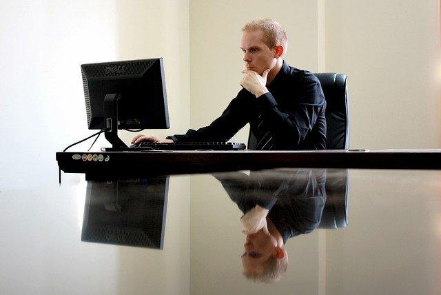 Hombre trabajando en un ordenador